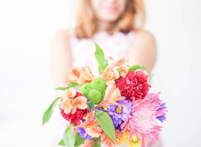Mutter mit Blumenstrauß